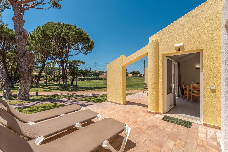 Alojamento com entrada privada, próprio terraço com espreguiçadeiras e área ampla de jardim